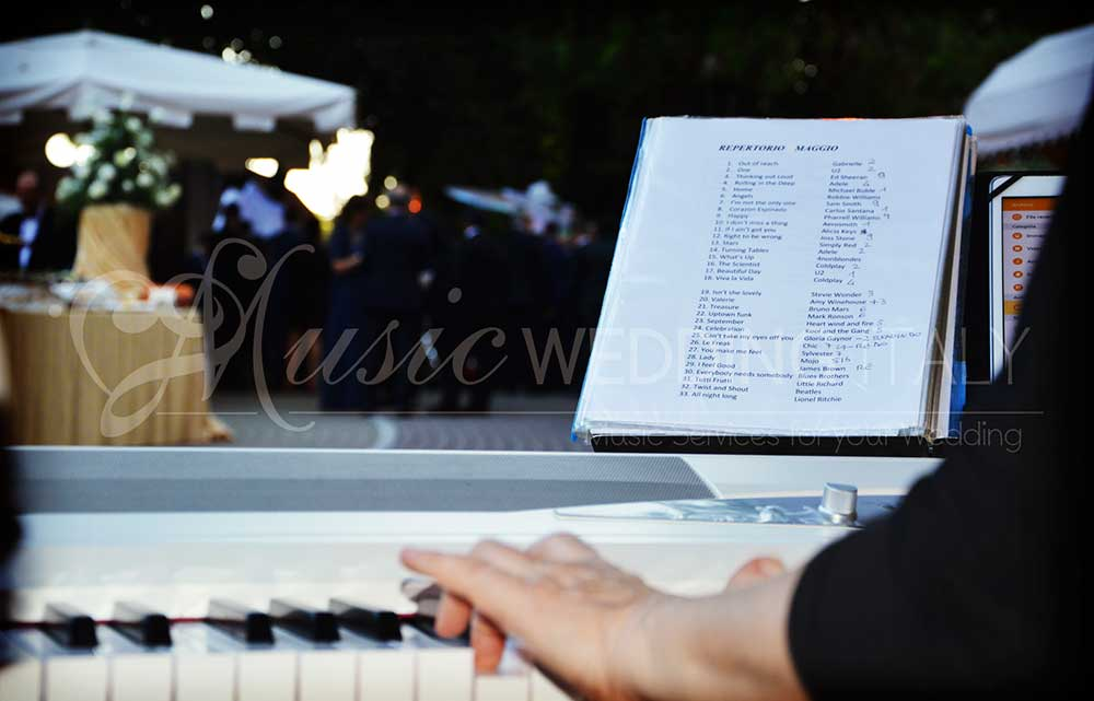 Pianist and singer, voice and piano in Rome Italy, with Romadjpianobar music service