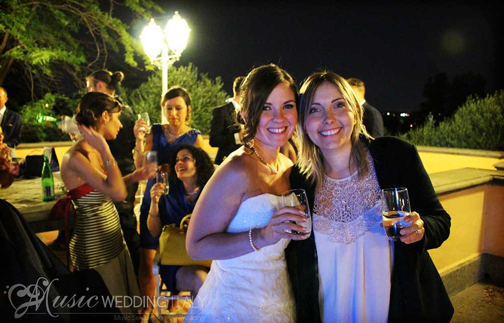 The bride photographs herself with our vocalist animator singer Valeria, from italian wedding party with Romadjpianobar music service